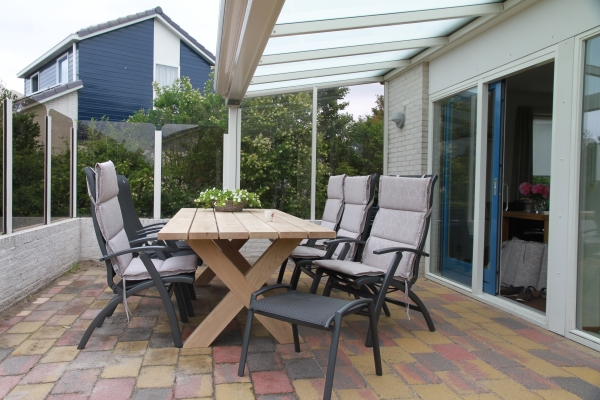 Het terras met tafel