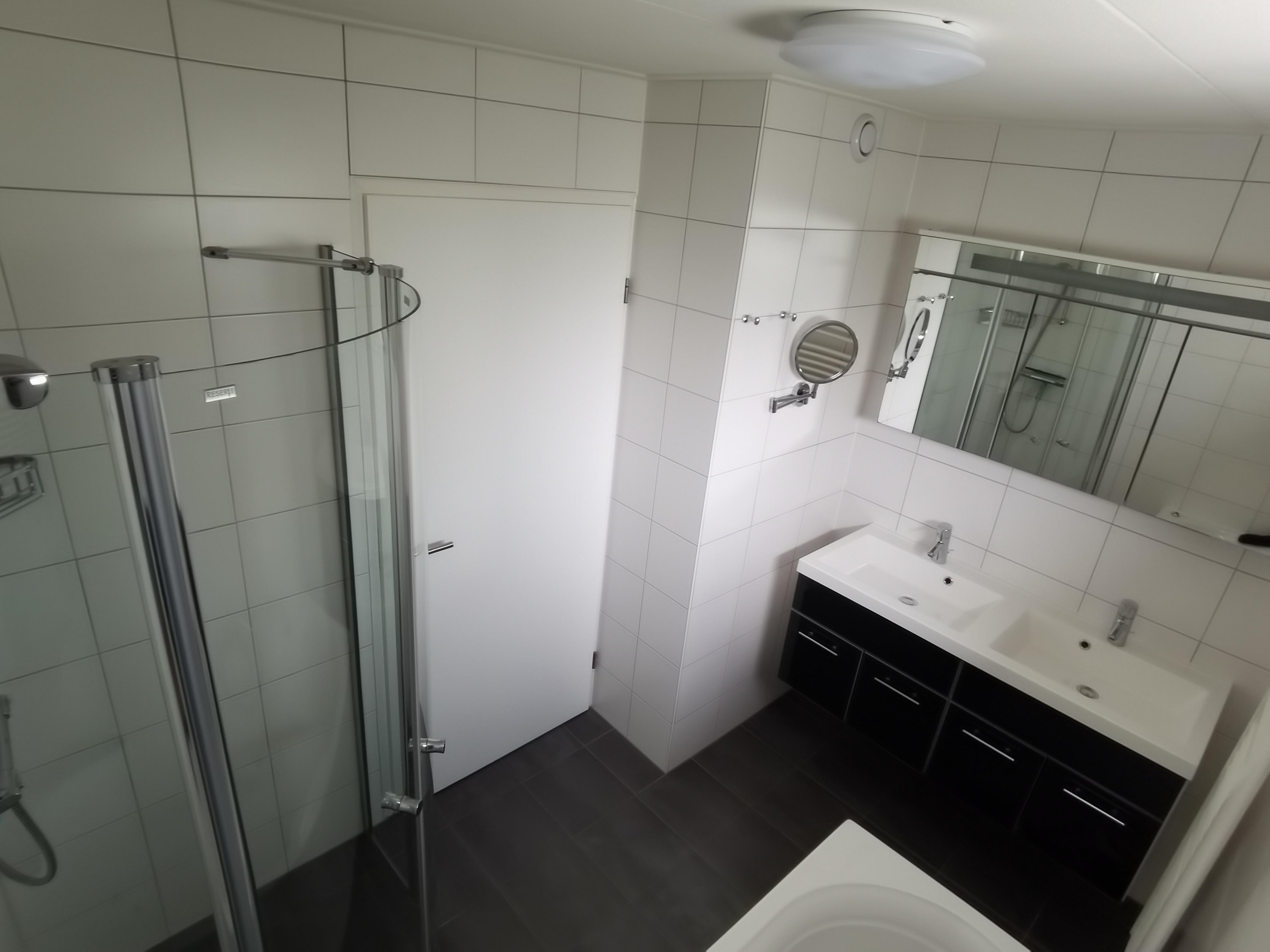 Het badmeubel in de badkamer beneden
