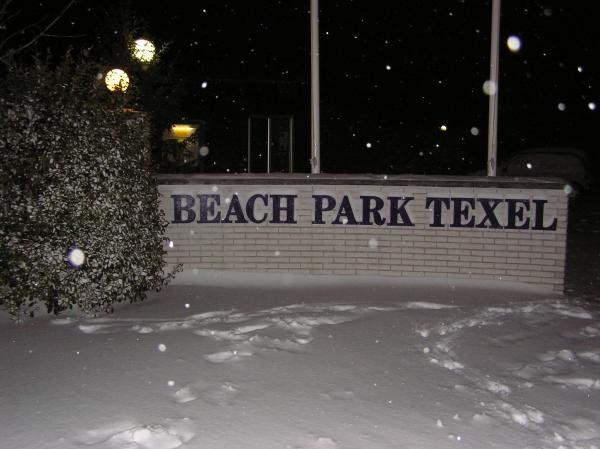 De ingang van het park met sneeuw